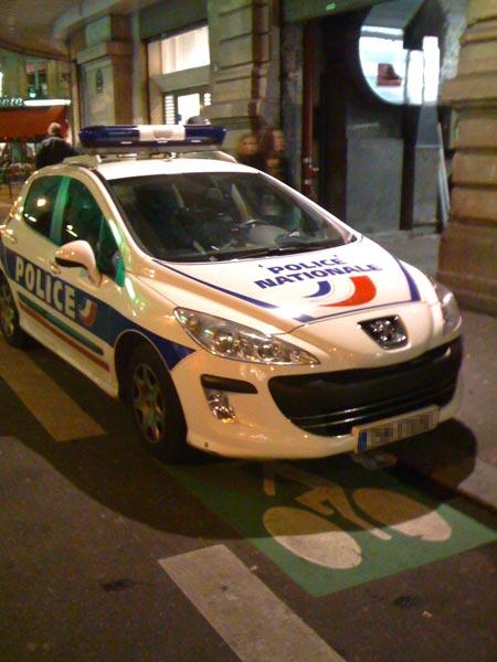 Voiture de police garée sur piste cyclable