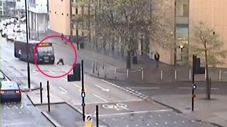 un chauffeur de bus renverse volontairement un cycliste